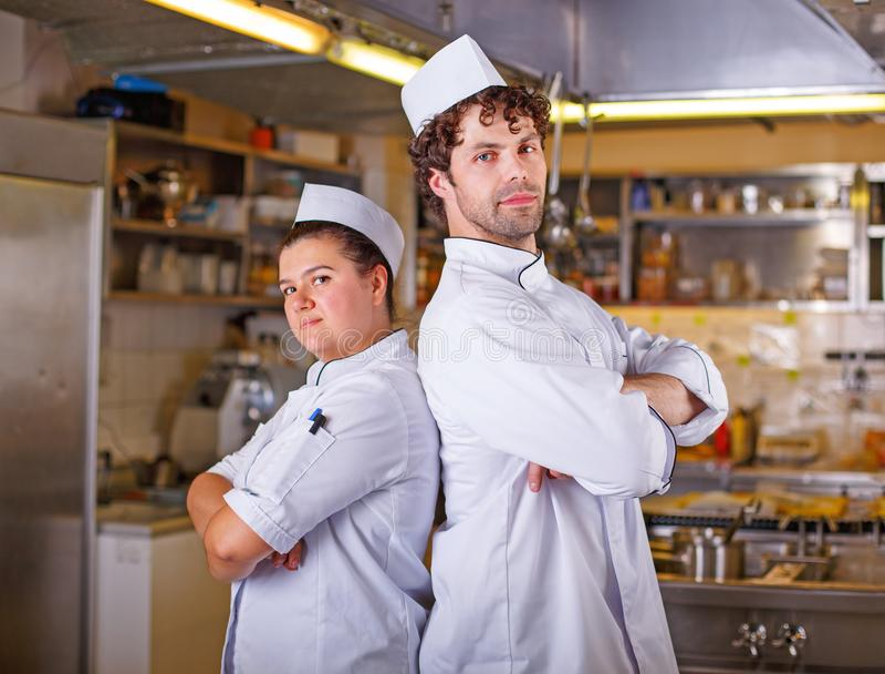 Kock för två kockar tillsammans Begrepp för matlagningprocess arkivfoto