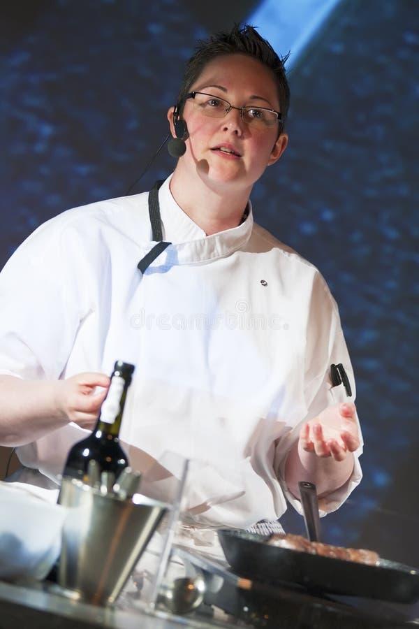 Kock på matlagningdemonstrationen royaltyfri foto