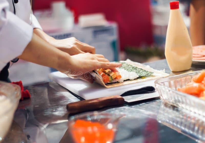 Kock rullande rullar för en sushi fotografering för bildbyråer