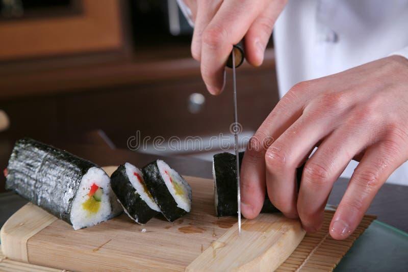 kock som 4 förbereder sushi arkivbild
