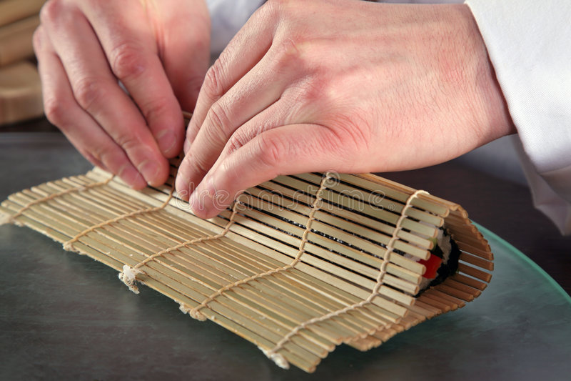 kock som 7 förbereder sushi arkivbild