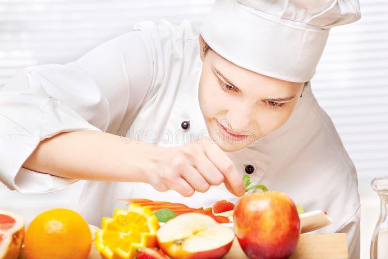 kock som dekorerar den läckra fruktplattan royaltyfri bild