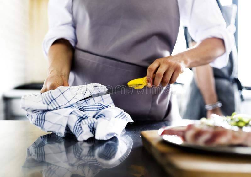 Kock som förbereder att sköta om för matkokkonst fotografering för bildbyråer