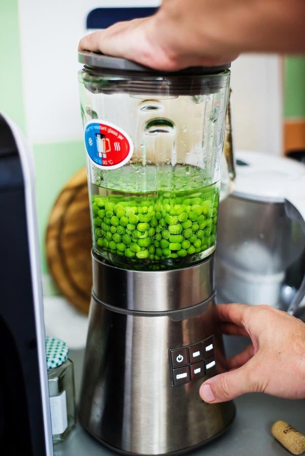 Kock som förbereder grön puré royaltyfri fotografi