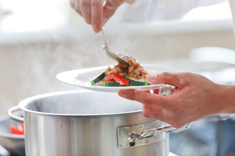 Kock som förbereder mat arkivbilder