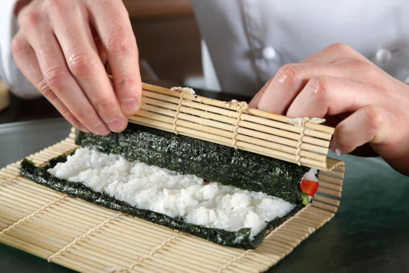 kock som förbereder sushi royaltyfri bild