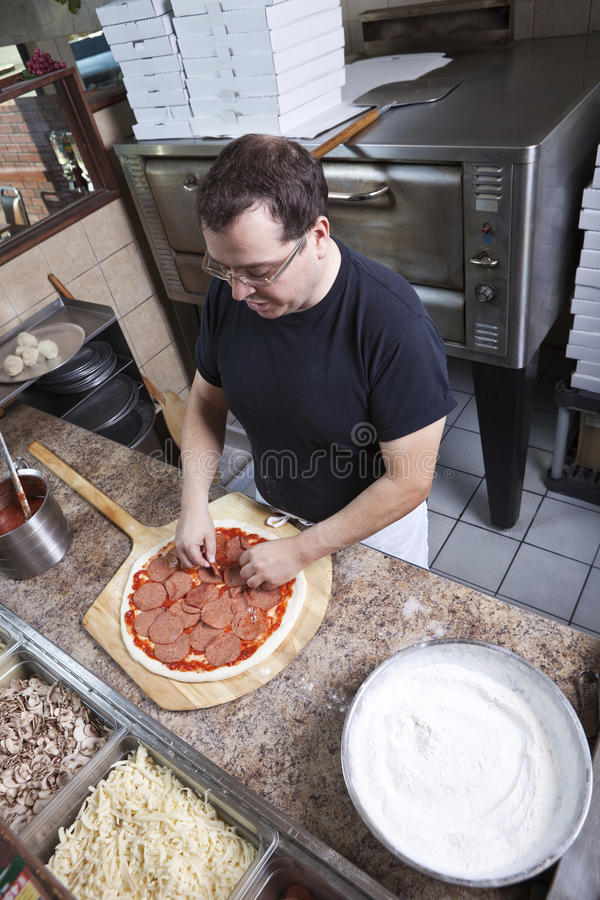 kock som gör pizza fotografering för bildbyråer
