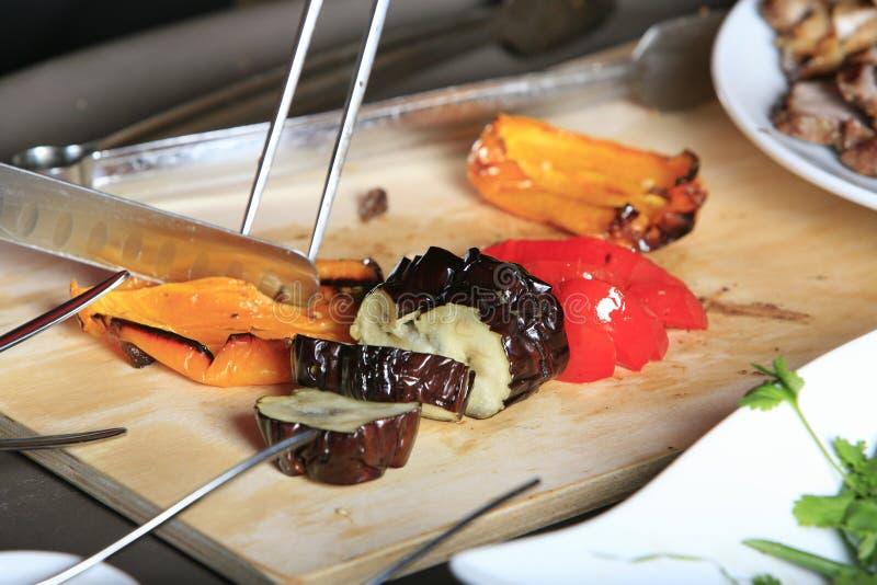 kock som klipper främre seende grönsaker royaltyfria bilder