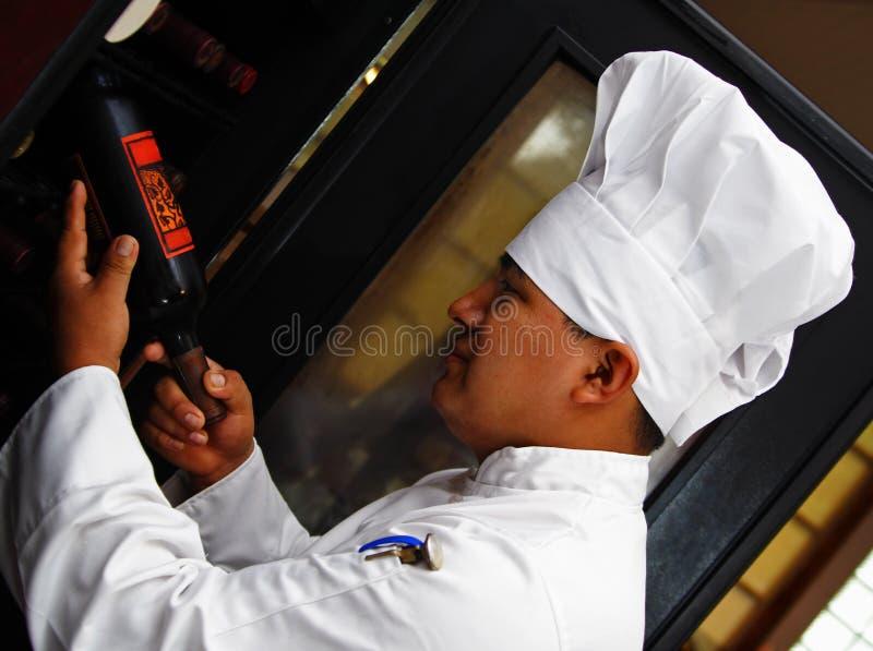 kock som väljer wine royaltyfria foton
