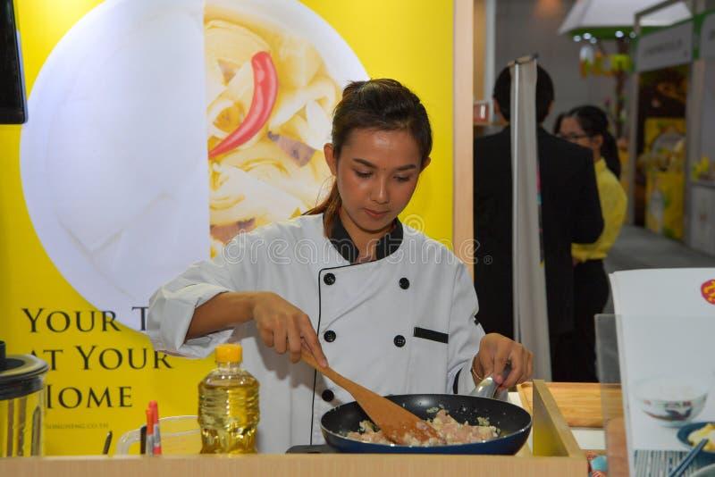 Kockar lagar mat demonstrationer till bes?kare och kunden fotografering för bildbyråer