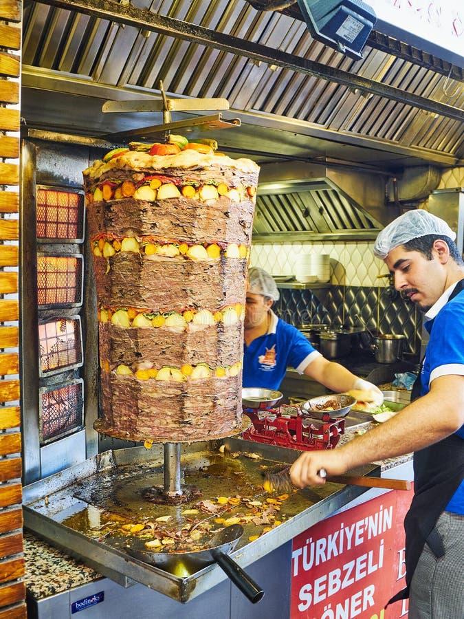 Kockar som lagar mat en traditionell turkDoner kebab i en gatastall kalkon arkivbild