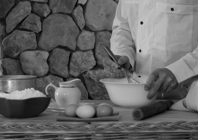 Kocken förbereder degen royaltyfria foton