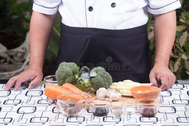 Kocken framlade broccoli för ingrediensuppståndelsesmåfisk med räka royaltyfri fotografi