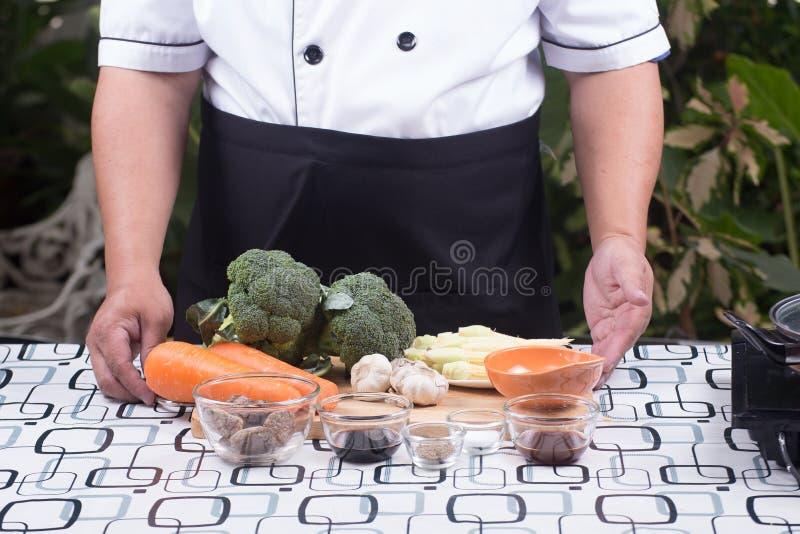 Kocken framlade broccoli för ingrediensuppståndelsesmåfisk med räka arkivfoton