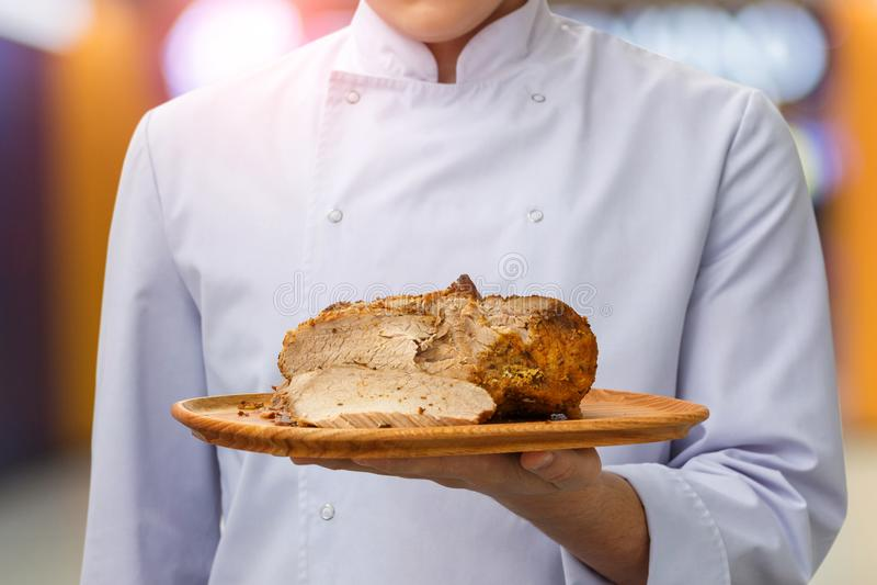 Kocken klipper köttet lagas mat royaltyfri foto