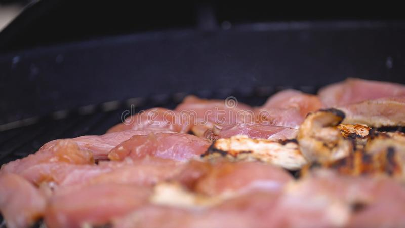 Kocken lagar mat steknålen av kalkon- eller hönaköttkebaben på grillfesten Laga mat små stycken av grillad höna royaltyfri fotografi