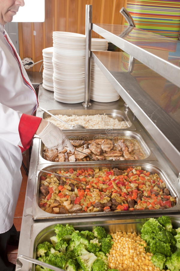 Kocken prepearing lunch royaltyfri foto