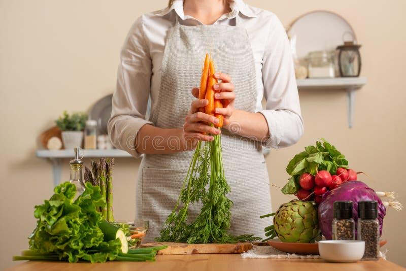 Kocken rymmer en ny morot Begreppet av förlorande sund och hälsosam mat, detoxen, strikt vegetarian som äter, bantar och att laga arkivbild