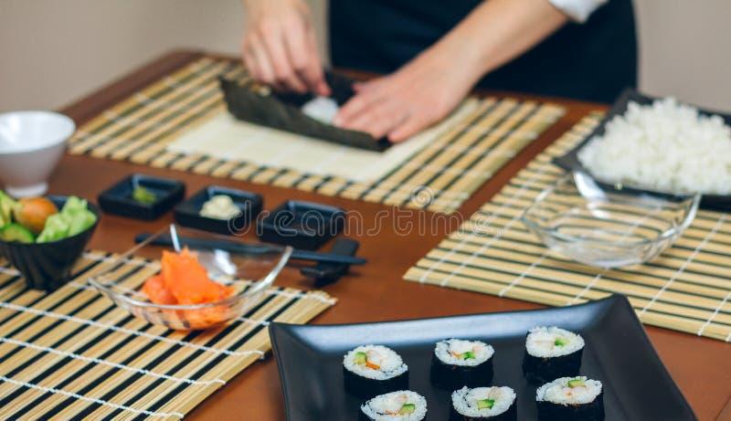 Kockhänder som förbereder sushi royaltyfria foton