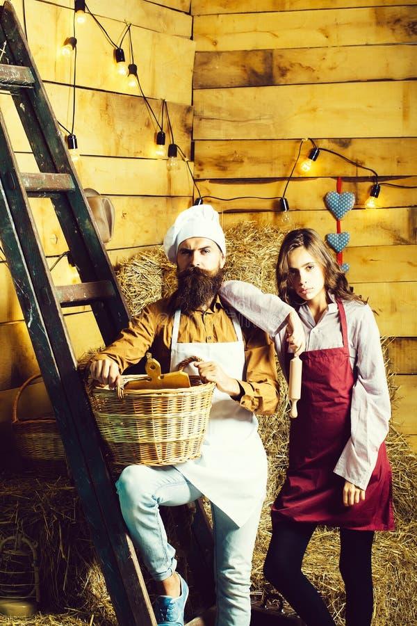 Kockkock- och flickacookee royaltyfri fotografi