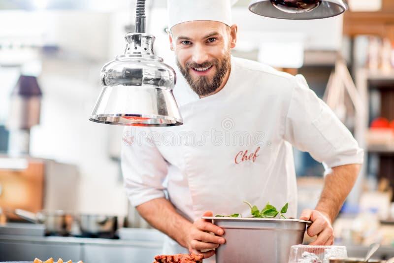 Kockkock på köket arkivfoto