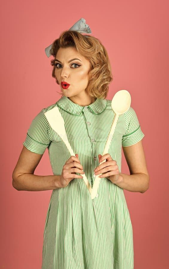 Kockmatlagning, fru royaltyfria bilder
