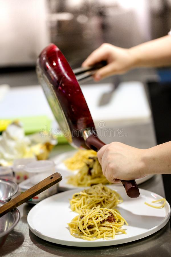 Kockmatlagningpasta i pannan, italiensk matlagningbucatini för ledar- kock royaltyfri foto