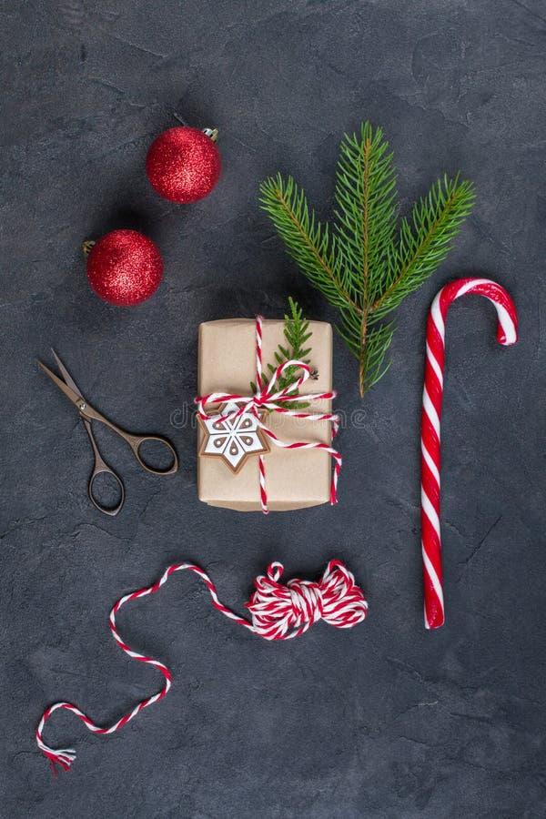 Kocowań bożych narodzeń prezenty Bożenarodzeniowi prezentów pudełka i dekoracje, sosna rozgałęziają się na zmroku stole Teraźniej obrazy stock