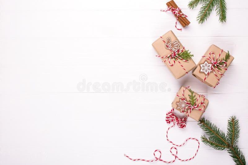 Kocowań bożych narodzeń prezenty Eco rzemiosła wakacji prezenta pudełka wiążący z czerwonym i białym sznurkiem, dekoracje, sosna  zdjęcia stock