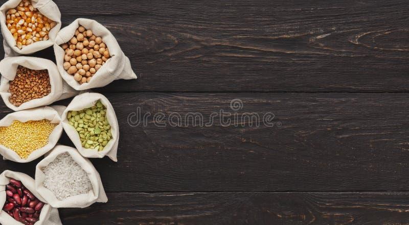 Kocowań groats przy rynkiem Małe torby z różnorodnymi adra zdjęcia stock