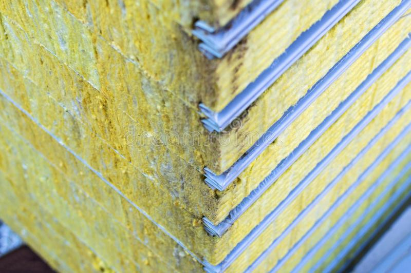 Kocowanie kanapki panelu podtrzymywalny izolujący Włókno materiał dla ściennego budynku Selekcyjna ostrość obraz stock