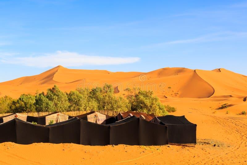 Koczownika namiotu obóz dla turysty w erga Chebbi pustyni, Maroko fotografia stock