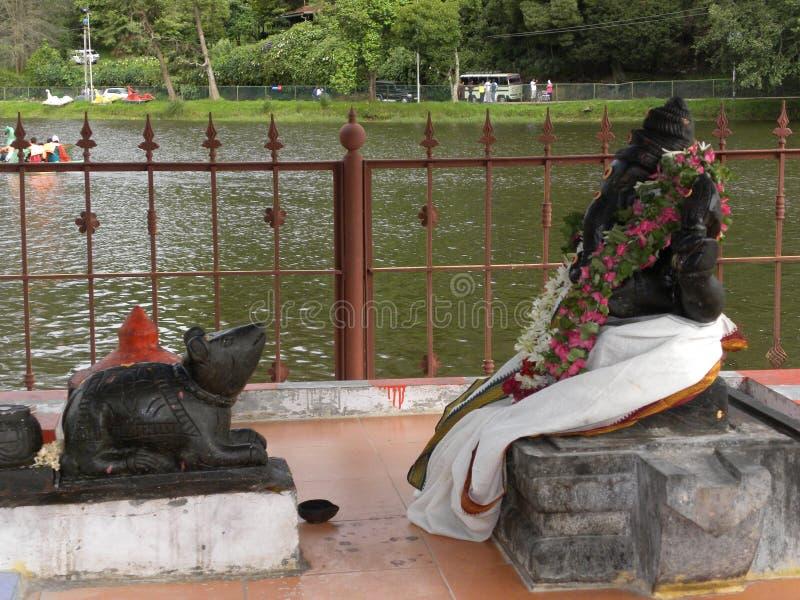 Kodaikanal, Tamil Nadu, Inde - 11 juin 2010 statue en pierre noire énorme de reposer Lord Ganesha au lac Kodaikanal photo stock