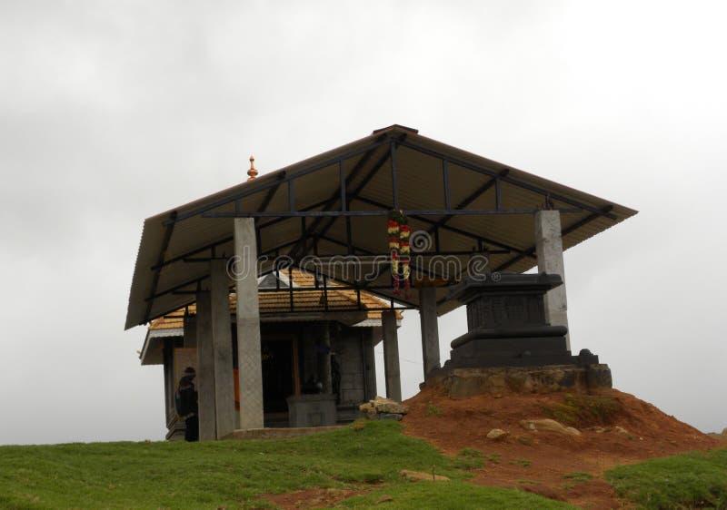 Kodaikanal, tamil nadu India, Czerwiec, - 12, 2010 chałupa kształta Mahalakshmi świątynia na szczyciefal tg0 0n w tym stadium wzg zdjęcia stock