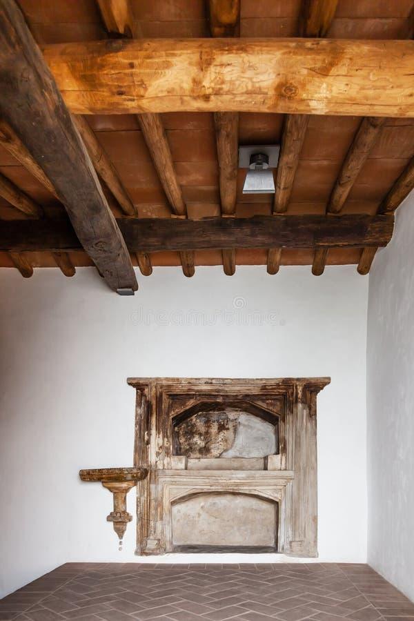 Kodesh de Aron ha (arca de Torah) en la sinagoga medieval de Sephardic (décimotercero/siglo XIV) imagenes de archivo