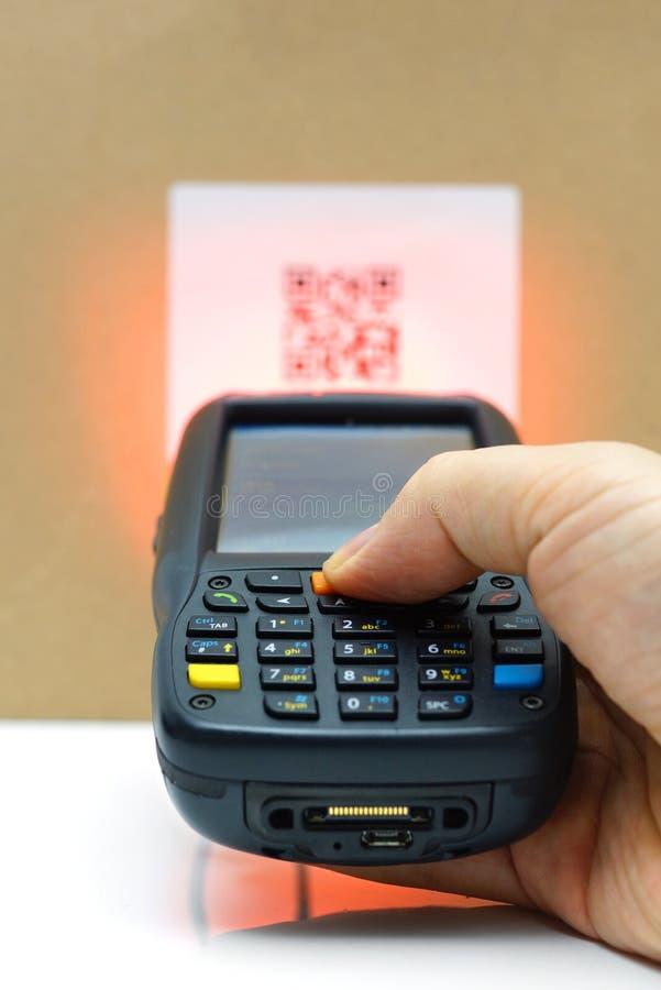 Kodetikett för scanning QR på lådan med laser royaltyfri foto