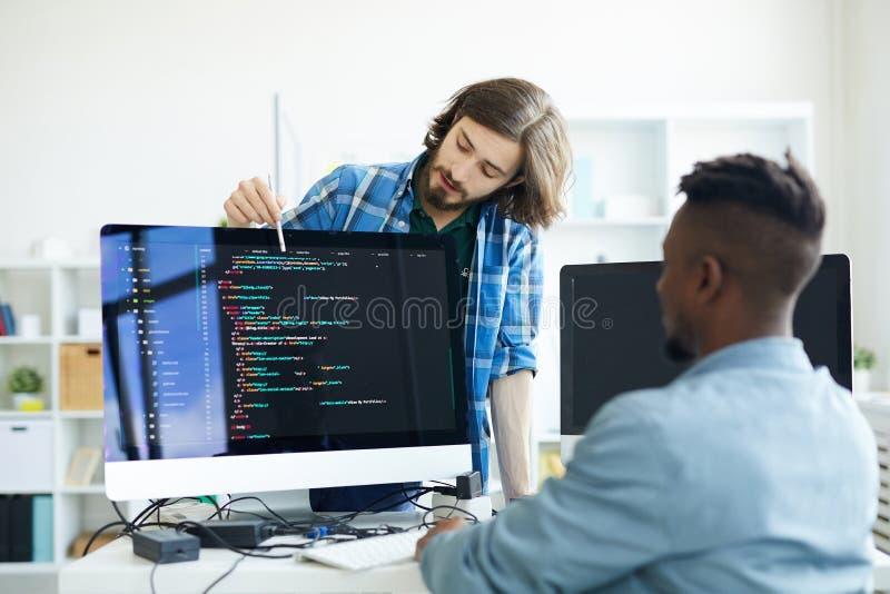 Kodierer, die Programmiersprache besprechen stockbilder