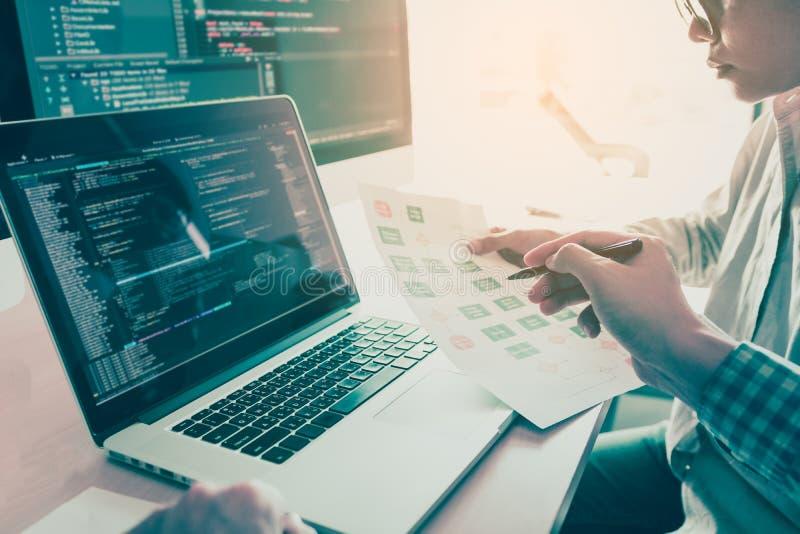 Kodierungscodeprogrammprogrammierungsentwicklercomputerweb-entwicklungs-Kodierer-Funktionsentwurfs-Software mit zwei Leuten auf S stockfoto