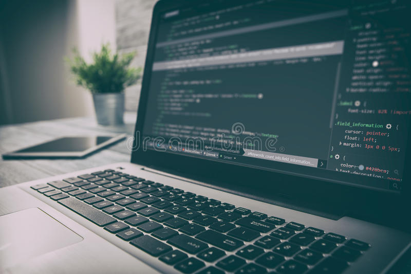 Kodifiera coderen för kodprogramcompute framkalla bärareutveckling fotografering för bildbyråer
