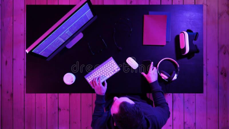 Kodifiera specialisten i tillfälligt med datoren och samtal vid telefonen, medan kodifiera information för att skapa lämplig prog royaltyfri fotografi