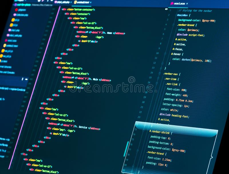 Kodifiera upp HTML och css i redaktören, slut Rengöringsduk- eller applikationutveckling Webbdesign arkivbilder