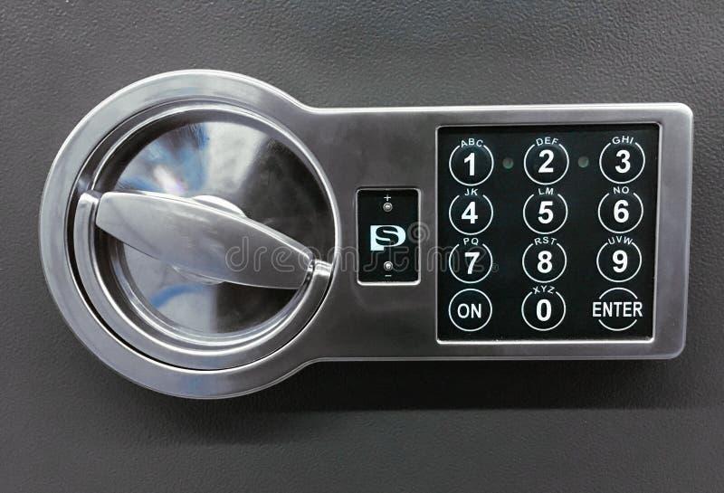 Kodlås på den säkra dörren på grå bakgrund royaltyfri bild