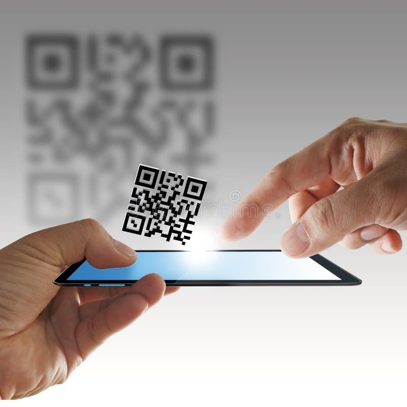 kodu komputerowa ręki qr obraz cyfrowy pastylka zdjęcie royalty free