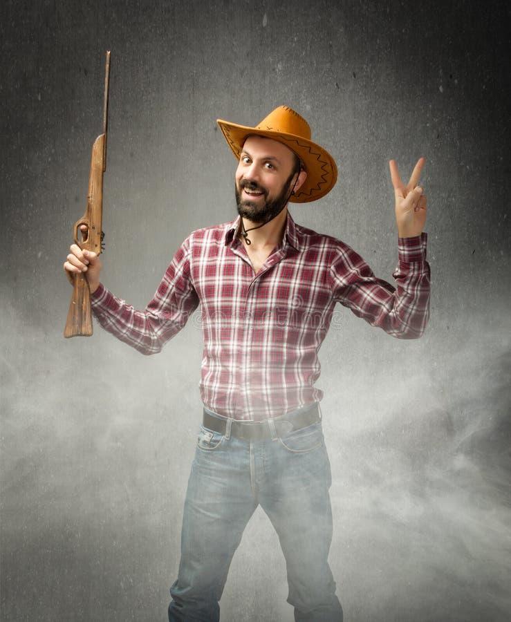 Koejongen in een het winnen situatie met geweer royalty-vrije stock afbeelding