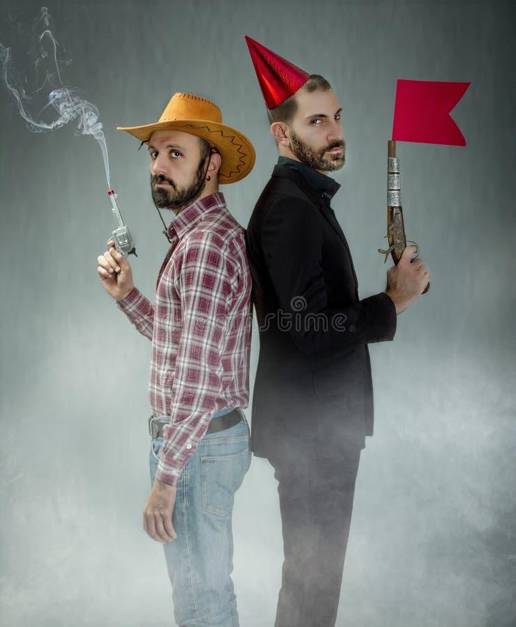 Koejongen en geknuppeld grappig duel stock foto's