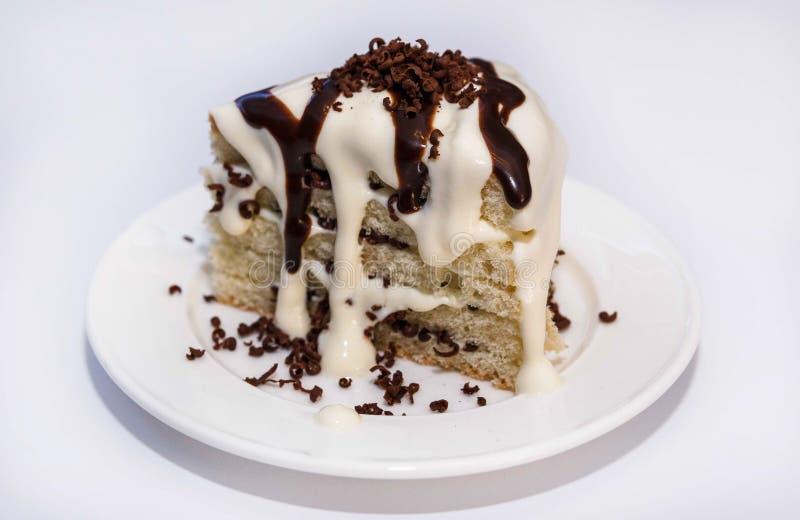 Koekje met het vullen van bessen en room, zachte gestremde melk op een witte plaat en een truffelchocolade royalty-vrije stock foto