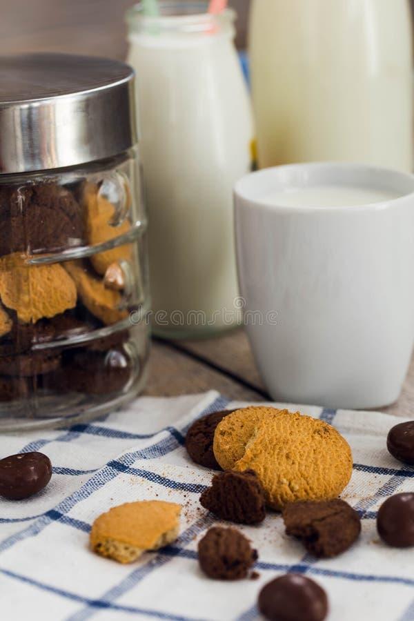 Koekjes, chocoladeschilfers en een kop van melk royalty-vrije stock fotografie