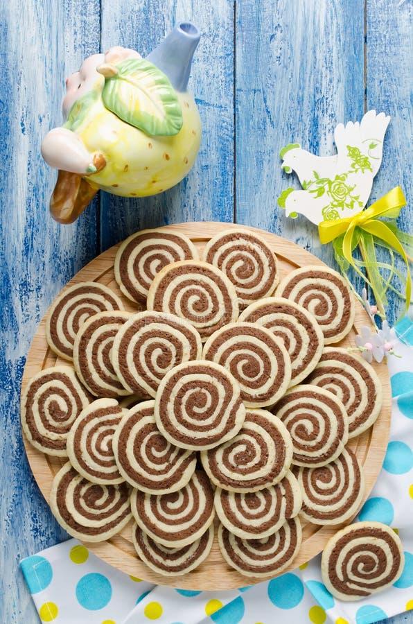 Koekjes in de vorm van een spiraal op een houten dienblad