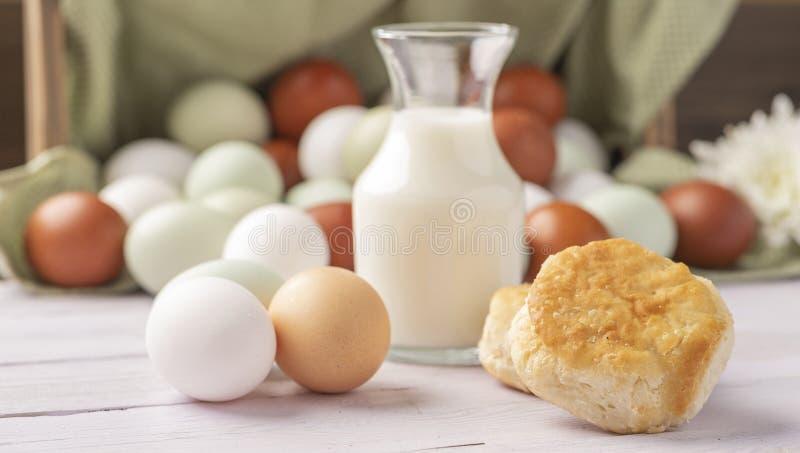 Koekjes en eieren vrij van biologische natuurlijke kooien royalty-vrije stock afbeeldingen