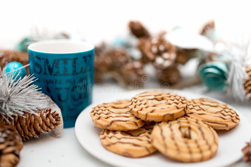 Koekjes en koekjes, koffie en thee, als ontbijtmaaltijd die wordt gediend royalty-vrije stock foto's